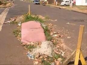 Moradores reclamam de buraco no João Domingos Netto - Algumas pessoas utilizam o local para descarte de lixos.