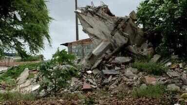 Terreno baldio coloca em risco a saúde dos moradores da Chã de Bebedouro - População afirma que problemas começaram após a demolição do Centro Social Urbano da região.
