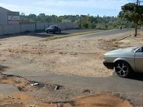 Motoristas reclamam de buracos em ruas de Presidente Prudente - Situação tem causado transtornos aos usuários.