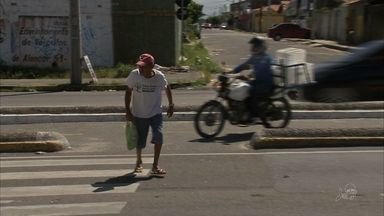 Pedestres cobram passarelas na CE-040, onde há grande fluxo de veículos e pessoas - Moradores da região denunciam acidentes frequentes.
