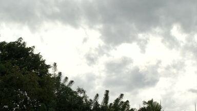 Calor dá trégua e temperatura diminui cerca de 10 graus no Sul do RJ - Depois de quase um mês sem chuva, parece que o outono finalmente chegou.