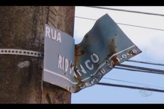 Situação de placas de ruas dificulta localização em bairros de Araguari - Algumas vias estão sendo identificação e em outros casos placas estão em mal estado de conservação. Prefeitura faz levantamento para identificar quantidade de placas que deve ser trocadas.