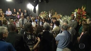 Artistas, amigos e fãs prestam última homenagem a Umberto Magnani no Teatro Arena - O corpo do ator Umberto Magnani, que morreu no rio, foi velado hoje no teatro arena, no centro de são paulo.