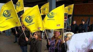 Servidores públicos estaduais protestam contra o parcelamento dos salários - Segundo os organizadores, cerca de 100 manifestantes se reuniram em frente ao Centro Administrativo, na capital.