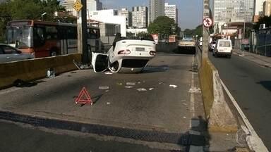 Quatro pessoas ficaram feridas em acidente em túnel da Zona Oeste da capital - O carro capotou na entrada do túnel Fernando Vieira de Melo. Os quatro ocupantes do veículo tiveram apenas ferimentos leves. As vítimas são do paraná e estavam na cidade a passeio.