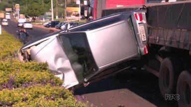 Carro fica prensado entre caminhão e mureta na entrada de Foz - O motorista não teve nenhum ferimento