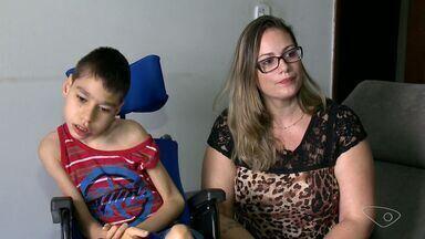 Conheça duas histórias de pessoas que vivem sobre cadeiras de rodas, no ES - O Lucas irá ganhar uma cadeira de rodas adaptada para seu tamanho.