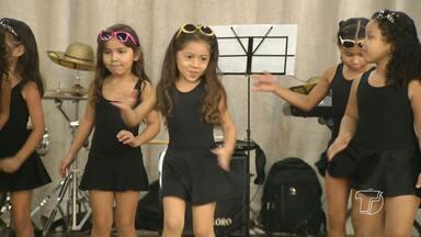 Pequenas bailarinas comemoram Dia da Dança com mostra gratuita - Apresentação foi na manhã deste sábado (30), na Casa da Cultura.