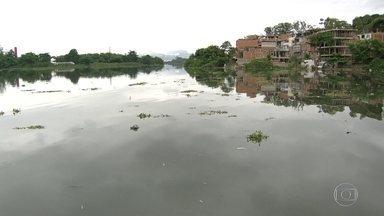 Moradores da Barra reclamam de mal cheiro - Os rios que chegam até as lagoas da região são repletos de lixo e esgoto, que estão contribuindo para a poluição e mal cheiro na Barra da Tijuca.