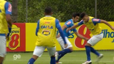 Robinho dá caneta em Arrascaeta e faz gol no primeiro treino com bola na Toca II - Robinho dá caneta em Arrascaeta e faz gol no primeiro treino com bola na Toca II