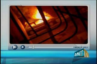 Carro fica destruído após pegar fogo no Romeu Duarte em Nova Serrana - Ocorrência foi na madruga deste sábado (30); ninguém ficou ferido.Problemas mecânicos podem ter provado as chamas, segundo bombeiros.