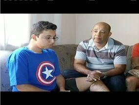 Família de cadeirante registra ocorrência após confusão em cinema, em Montes Claros - Pai diz que rapaz não conseguiria ver filme se ficasse em assento reservado.