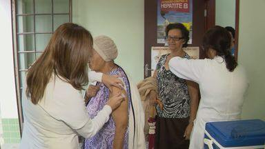Vacinação contra o vírus Influenza provoca filas em postos de saúde no Sul de Minas - Vacinação contra o vírus Influenza provoca filas em postos de saúde no Sul de Minas