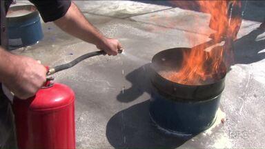 Moradores e funcionários de condomínios de Londrina fazem curso para combater incêndios - Capacitação é feita uma vez por ano, e atraiu mais de 300 pessoas.