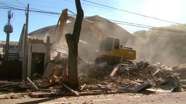 Prédio na Avenida Parigot de Souza é demolido - Estrutura havia sido interditada em janeiro; problemas afetaram até o asfalto da avenida