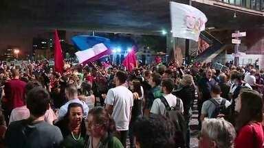 Manifestantes contra e a favor do governo Dilma interditam a Avenida Paulista - Manifestantes contra e a favor do governo Dilma interditam a Avenida Paulista. Um rapaz foi preso por incitação a violência.