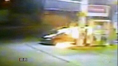 Assaltante acaba em chamas ao tentar roubar um posto de gasolina, no Rio de Janeiro - O frentista reagiu, jogando álcool no bandido, que então atirou. Uma faísca, provocada pelo tiro, teria iniciado um incêndio.