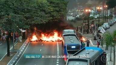 Protesto fecha a Avenida 23 de Maio na altura da Ponte da Bandeira - Manifestantes ateiam fogo e bloqueiam a via.