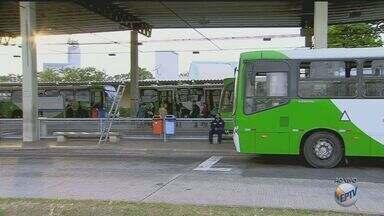 Motoristas de ônibus da região fazem paralisação - Eles pedem reajuste salarial. Os veículos demoraram 2 horas para sair.