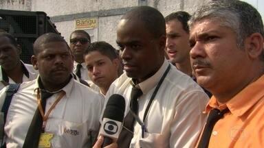 Funcionários da Viação Bangu seguem com paralisação - Rodoviários dizem que estão com salários atrasados.