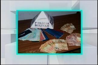 PM prende quatro suspeitos de arrombamento de fábrica em Divinópolis - Crime ocorreu na madrugada desta terça-feira (10) no Bairro Sidil. Foram apreendidos dinheiro, talões de cheque e roupas que teriam sido furtadas da fábrica.