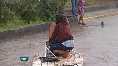 Chuva forte provoca transtornos no Grande Recife - Telespectadores enviaram fotos e vídeos ao WhatsApp da Globo Nordeste. Teve gente andando de barco nas ruas.