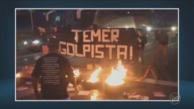 Manifestantes fazem protesto na Rodovia Zeferino Vaz em Campinas - Eles colocaram fogo em pneus na pista.