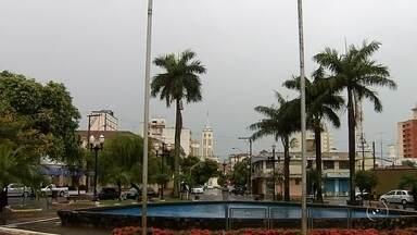 Chuva muda rotina de moradores em Birigui e esfria o clima na cidade - Em Birigui (SP) choveu durante a madrugada. Foi só para refrescar mesmo. Quem saiu de casa para trabalhar precisou levar o guarda-chuva e a capa pra se proteger.