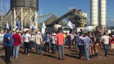Agricultores ocupam canteiro de obras da Usina Baixo Iguaçu, em Capanema - Eles querem negociar o valor das terras que serão alagadas com a construção da Usina.