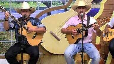"""Zé Henrique e Fran Viola cantam e tocam a música """"Seus passos"""" - Zé Henrique e Fran Viola cantam e tocam a música """"Seus passos"""""""