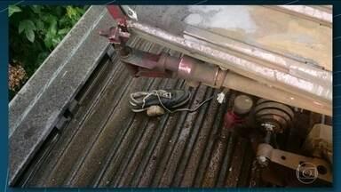Circulação de trens é interrompida, no ramal de Saracuruna, em Duque de Caxias - Um trem teve que parar, depois que um dos equipamentos que fazem a ligação com a rede elétrica bateu em um tênis. O objeto foi atirado nos cabos.