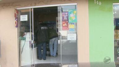 Loja é interditada por falta de alvará e vistoria durante operação em São Carlos, SP - Corrige: Imagem mostrada na edição anterior não era a da loja interditada.