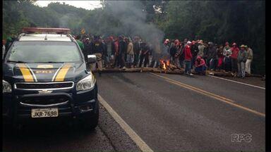 Sem-terra ainda bloqueiam rodovias e praças de pedágio no Paraná - Os protestos são contra a reintegração de posse da Fazenda Santa Maria, em Santa Terezinha do Itaipu, no Oeste do Estado. Veja quais rodovias estão interditadas.