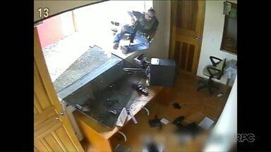 Impedido de entrar em condomínio onde mora, policial civil saca fuzil e ameaça porteiros - Caso aconteceu na Região Metropolitana de Curitiba.