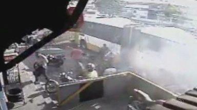 Ônibus pega fogo e passageiros saltam pela janela em Manaus - Coletivo pegou fogo na Alameda Cosme Ferreira, Zona Leste de Manaus.