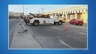 Via é interditada após carro derrubar poste na Zona Leste de Manaus - Colisão foi na Alameda Cosme Ferreira, no início da madrugada. Dois acidentes ocorreram após queda do poste, segundo testemunhas.