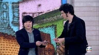 Pyong Lee faz truques de mágica com cartas - Mateus Solano vira assistente do mágico no palco do 'Encontro'