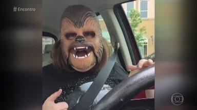 Vídeo de mulher com máscara de Chewbacca vira sensação na internet - O vídeo mostra a mulher se divertindo com a máscara do personagem da saga 'Star Wars'