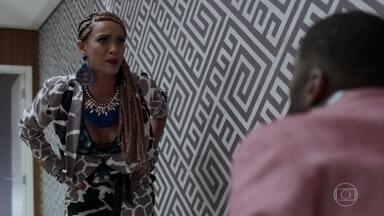 Michele expulsa Brau de casa - Ela arruma os pertences do marido em uma mala