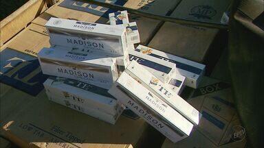 Duas pessoas são presas e polícia apreende carga de cigarros contrabandeados em Franca, SP - Dois suspeitos continuam foragidos; carga foi encontrada na Rodovia Ronan Rocha.