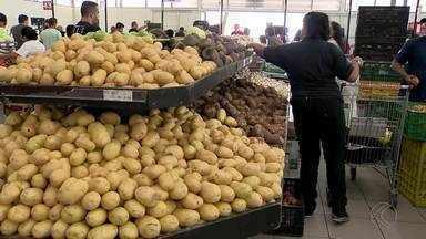 Cesta básica está mais barata em Juiz de Fora - Redução foi de aproximadamente 4%. Tomate, batata inglesa e banana prata são os itens que sofreram maior queda no preço.