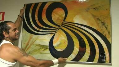 Conheça o trabalho de artesãos que utilizam madeira e vidro - Pirografia e abstração geométrica são as técnicas empregadas pelos artistas.
