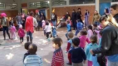 Pais precisam participar e estimular brincadeiras para os filhos, diz especialista - Brincadeiras ajudam no desenvolvimento e crescimento da criança.
