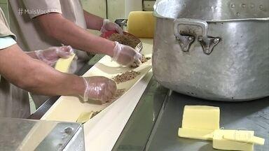 Fabricio Battaglini mostra como é a produção de um pastel de feira famosa em São Paulo - O repórter visita a cozinha que abastece a feira