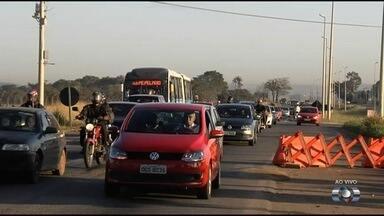 Agetop restringe circulação de veículos em rodovias de Goiás - A Agência Goiana de Transportes e Obras (Agetop) começa a restringir nesta quinta-feira (26) a passagem de veículos pesados por trechos de rodovias estaduais durante o feriado de Corpus Christi, em Goiás. Veículos que fazem transporte de cargas com mais de dois eixos ou que precisem de escolta não poderão transitar nas rodovias que passam por cidades turísticas.