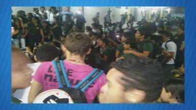 Alunos e professores protestam após assalto em escola, no AM - Caso ocorreu na noite de segunda (23), em Manaus; três se feriram.