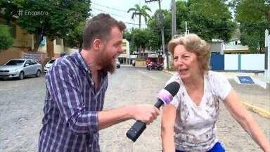 Conheça a vovó que adora usar internet e andar de triciclo - Dona Nini tem 80 anos e uma disposição invejável