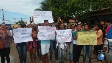 Professores fazem manifestação por causa de professora agredida dentro da escola; veja - A manifestação aconteceu em Porto Seguro, no sul do estado.