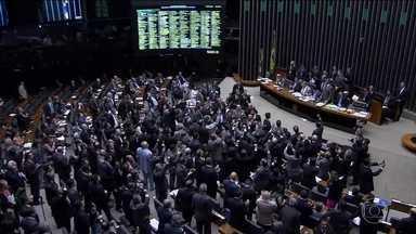 Congresso aprova revisão da meta fiscal - Deputados e senadores ficaram mais de 16 horas no plenário. Antes de votar a previsão de déficit de R$170,5 bilhões para o orçamento deste ano, eles tiveram que discutir e votar vetos da presidente afastada, Dilam Rousseff.