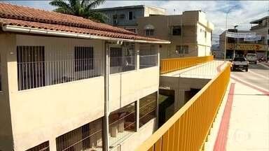 Moradores reclamam da construção de viaduto próximos as suas casas no Espírito Santo - A prefeitura de Aracruz ignorou o apelo dos moradores e construiu um viaduto que passa a centímetros das casas. O Conselho de Engenharia recomenda um espaço de pelo menos 1,5 metro.